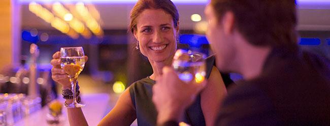 Mann testet Flirtsprüche in einer Bar