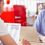 Mann und Frau flirten am Arbeitsplatz