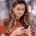 Frau am Handy informiert sich über Kontaktbörsen