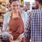 Schüchterne Männer beim Einkaufen im Supermarkt