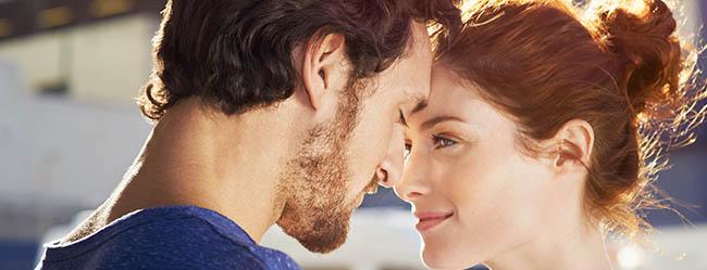 Wahre Liebe - Mann und Frau schauen sich an