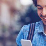 Mann am Handy ist am online flirten