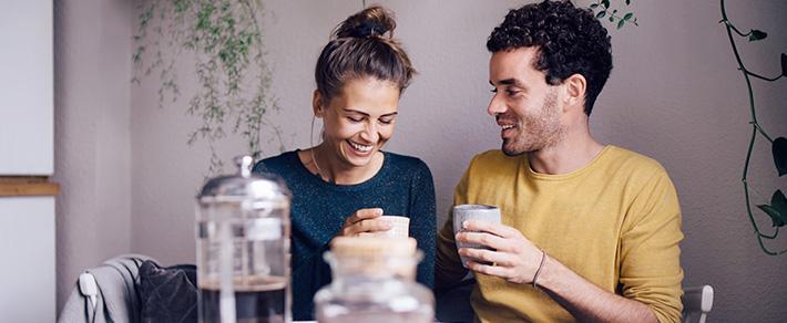 Frau und Mann trinken Kaffee als Symbol für Corona in Beziehungen