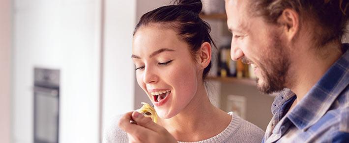 Glückliche Beziehung: Paar kocht gemeinsam