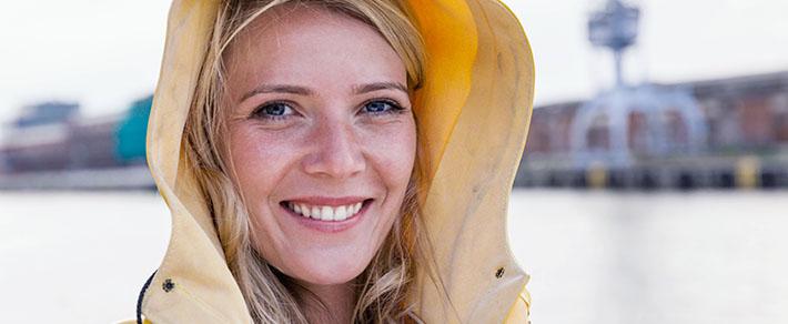 Single-Frau mit Jacke als Symbol für Singles im Norden