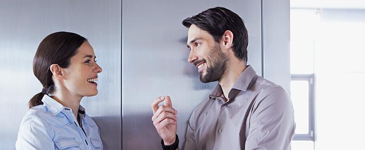 Mann und Frau schauen sich an als Symbol für Flirtsignale Männer